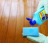 「オール床クリーナー」の原液を、スポンジ等にたらします。